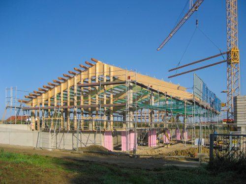 Dach- und Wandkonstruktion Bauhof mit gebogenem BSH-Satteldachbinder